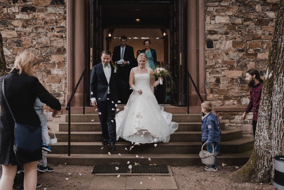 Hochzeitspaar Blumenkind Blätter Ausgang