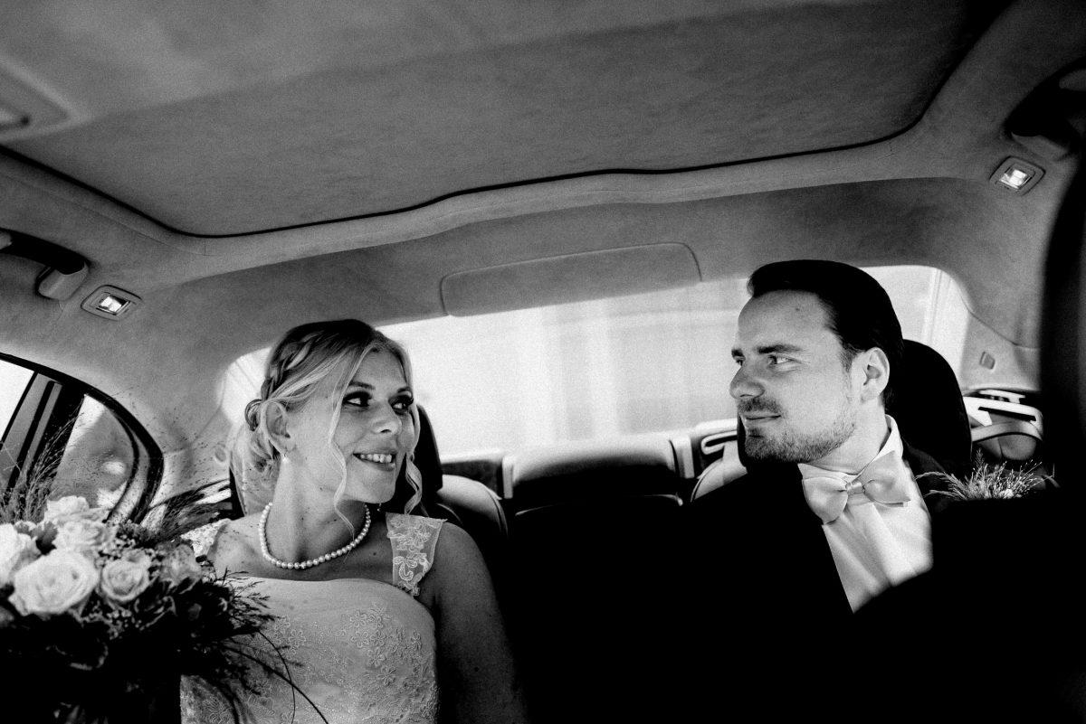 Fahrt zur Feier Augenkontakt glücklich Perlenkette
