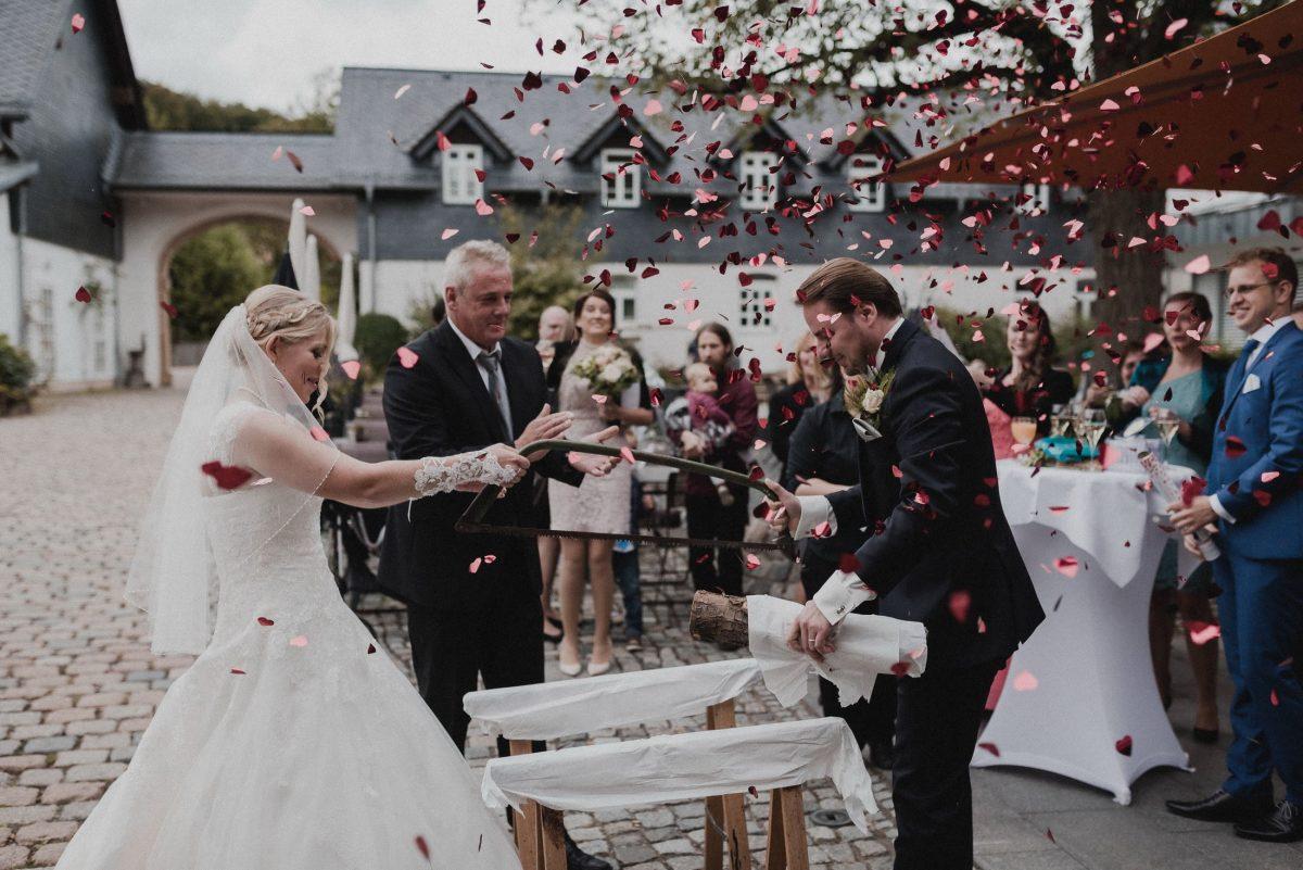 Baumstamm sägen Herzkonfetti Wedding