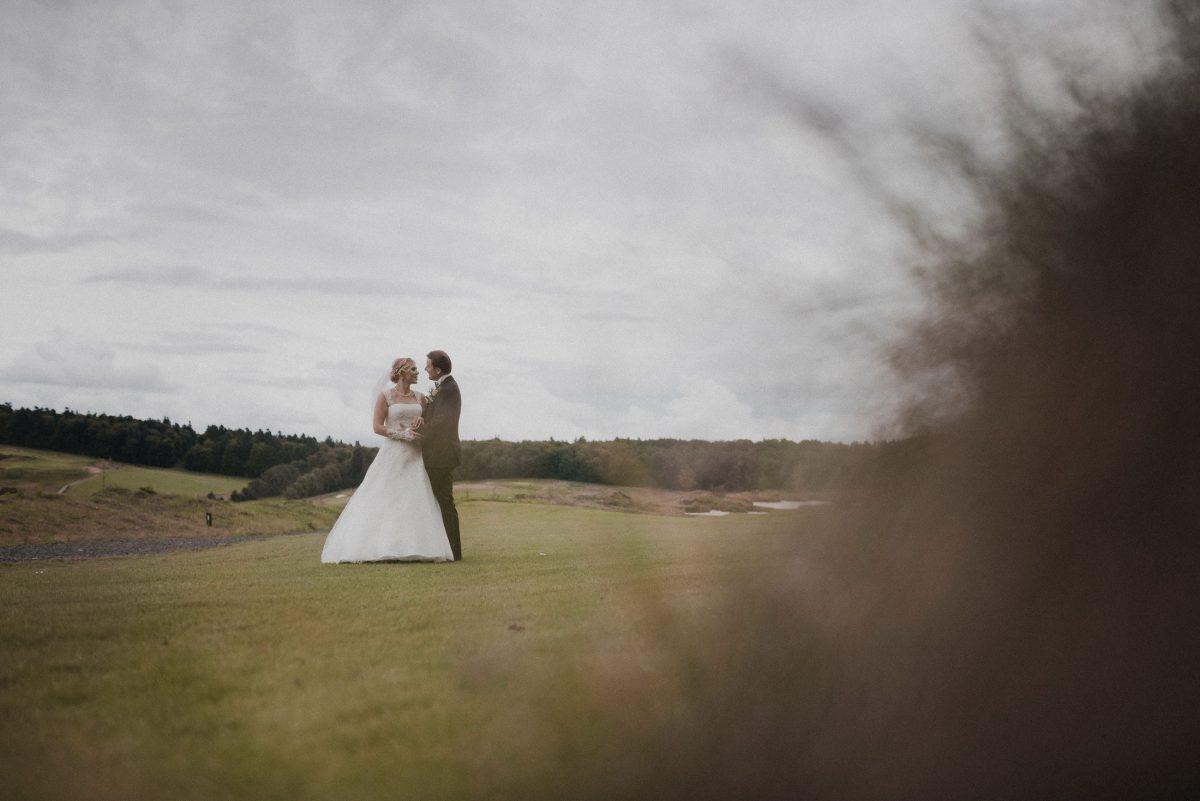 Wiese weite Aussicht Hochzeitspaar