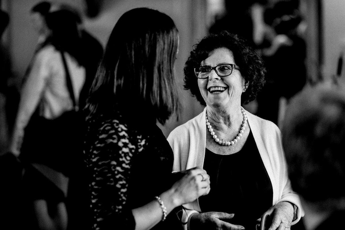 Gespräche lachen Hochzeitsfeier Perlenkette