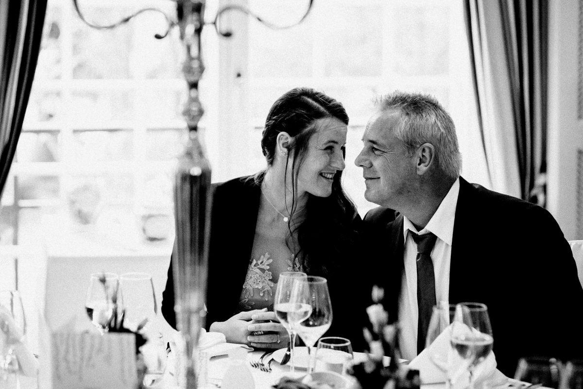 Kerzenkronleuchter vertraute Unterhaltung Hochzeitsgäste