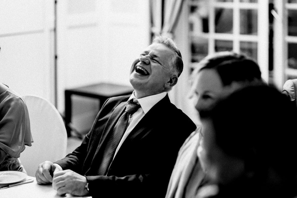 herzliches lachen Unterhaltung Mann
