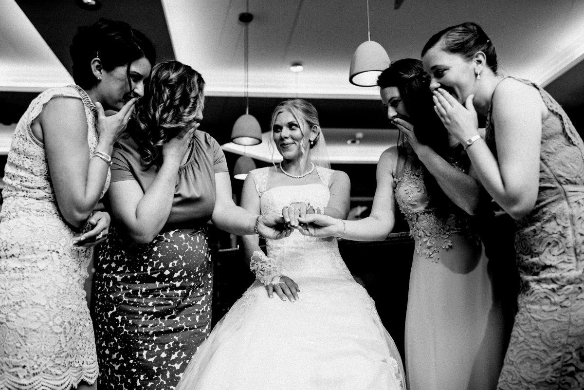 Freundinnen lächeln freuen Braut Kleider Party