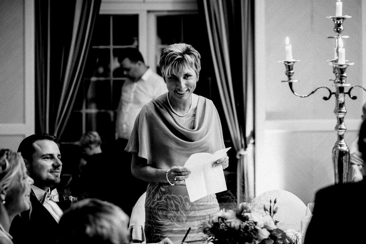 Toastrede Ansage Rede halten Frau Hochzeitsfeier