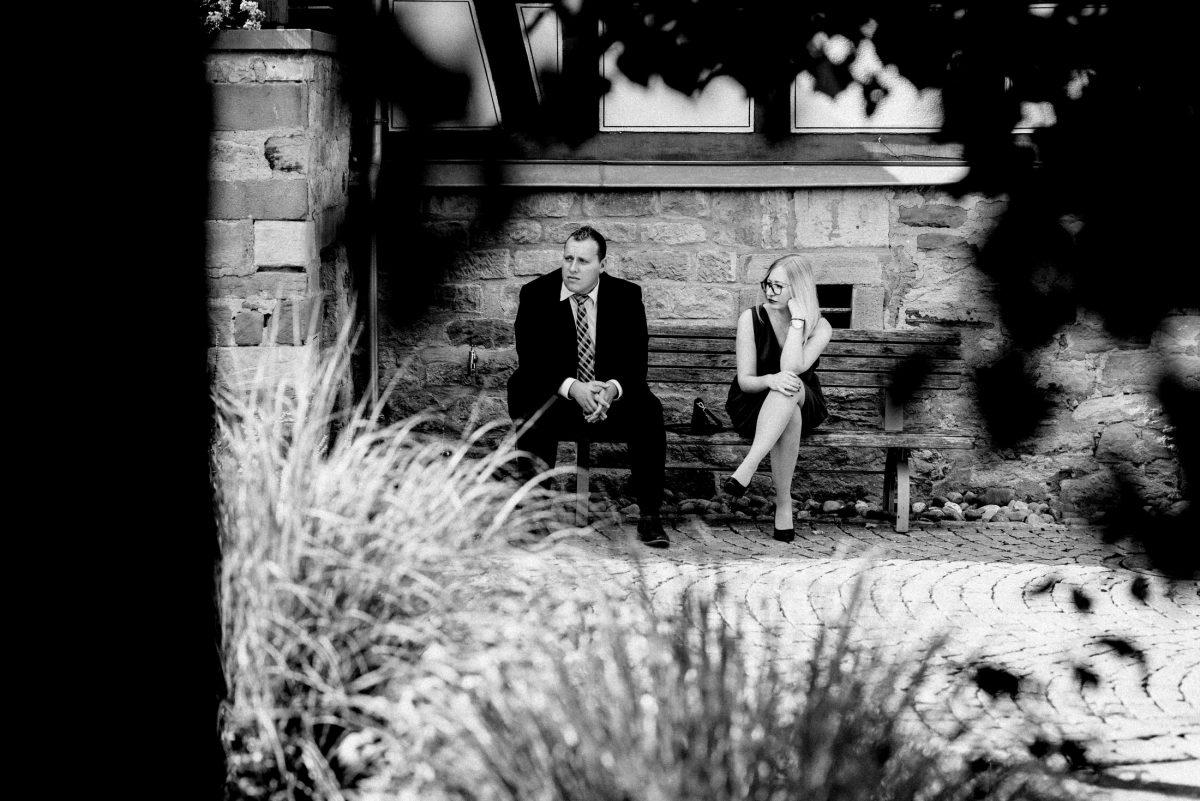 Holzbank warten Mann Frau schwarz weiß