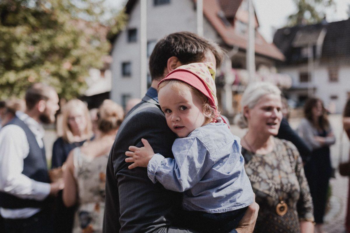 Kind auf dem Arm, Sonne, unscharf