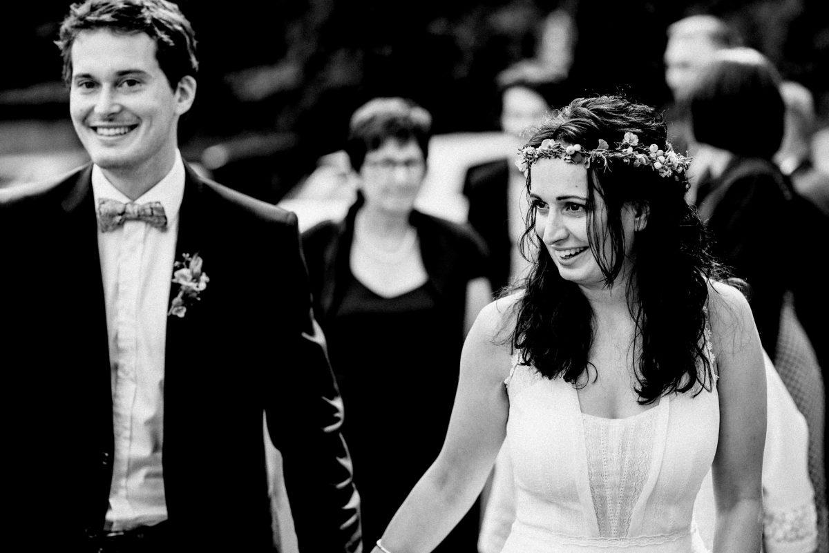 Braut Bräutigam Haarkranz Blumen lächeln