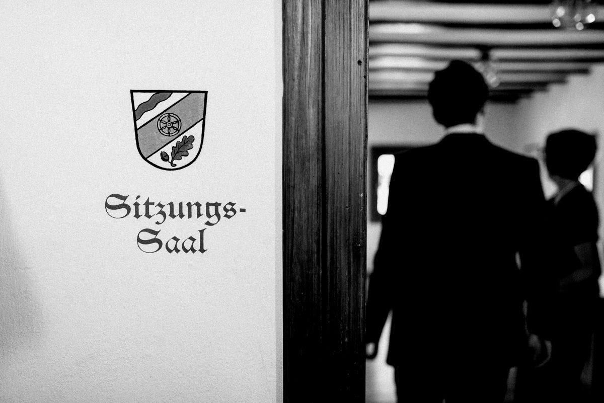 Sitzungssaal Holztür Wappen
