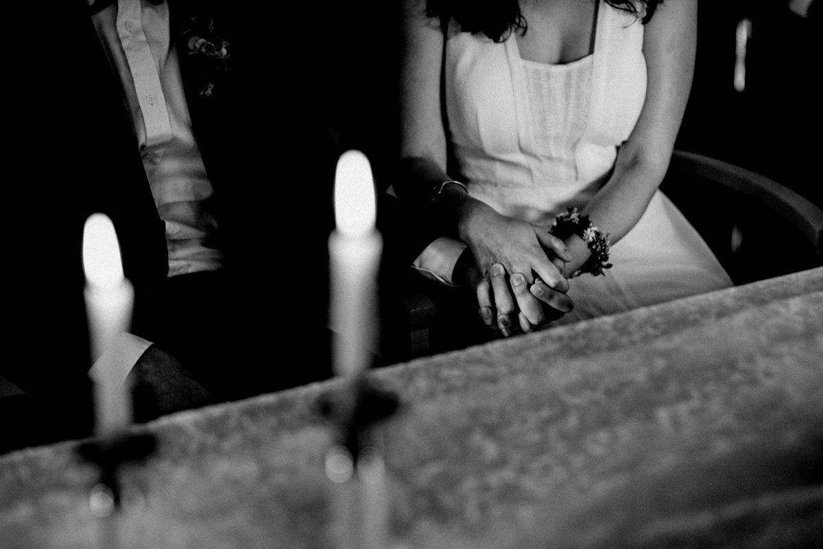 Hände halten Blumenarmband Kerzen