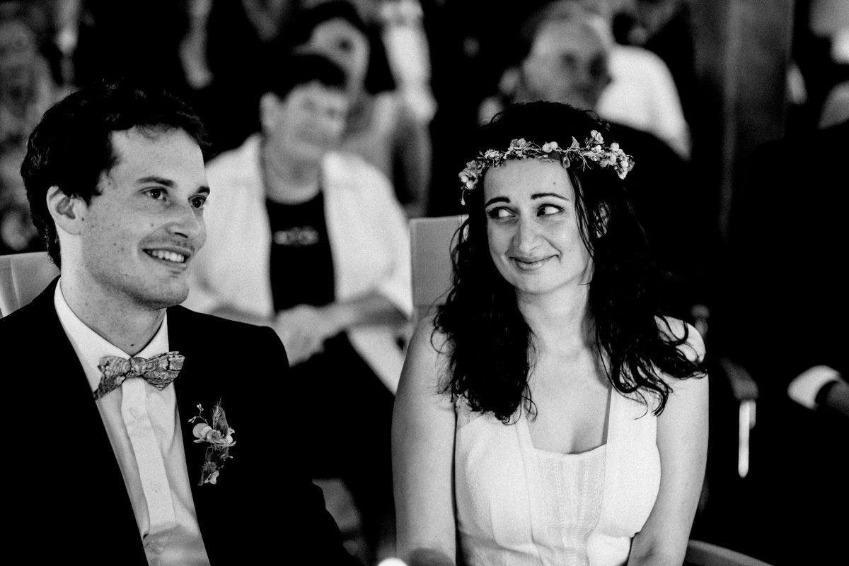 verliebte Blicke glücklich Paar Haarkranz Blumenanstecker