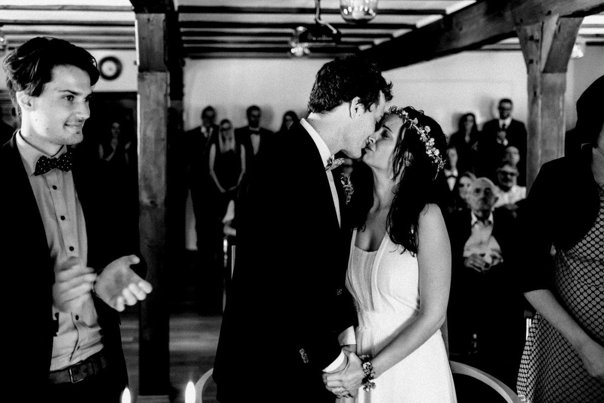 Kuss frisch verheiratet Applaus