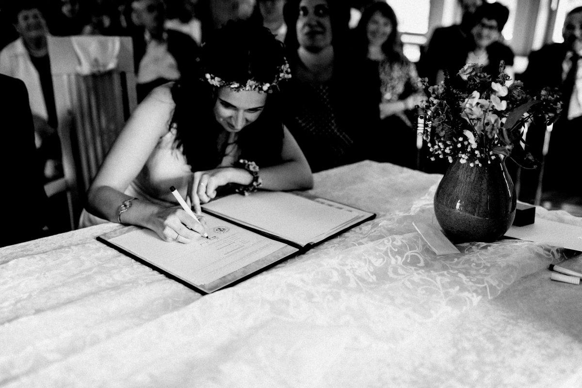 Unterschrift Hochzeitsurkunde Braut Blumen