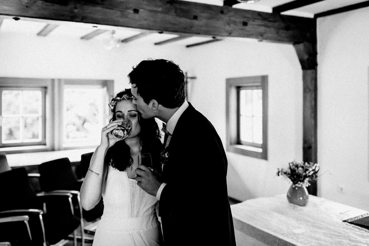 Kuss Sektempfang Braut Bräutigam