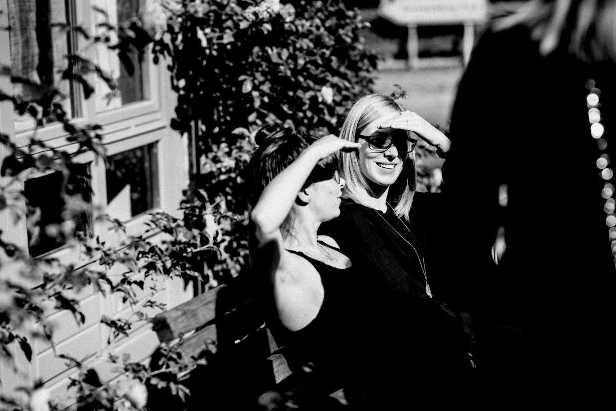 Holzbank Frauen sonne sonnenschutz Hand
