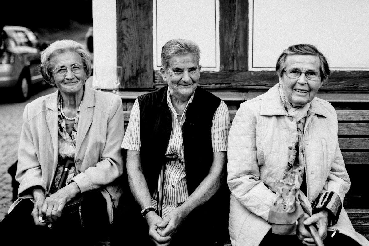 ältere Damen Holzbank Fachwerkhaus gehstöcke