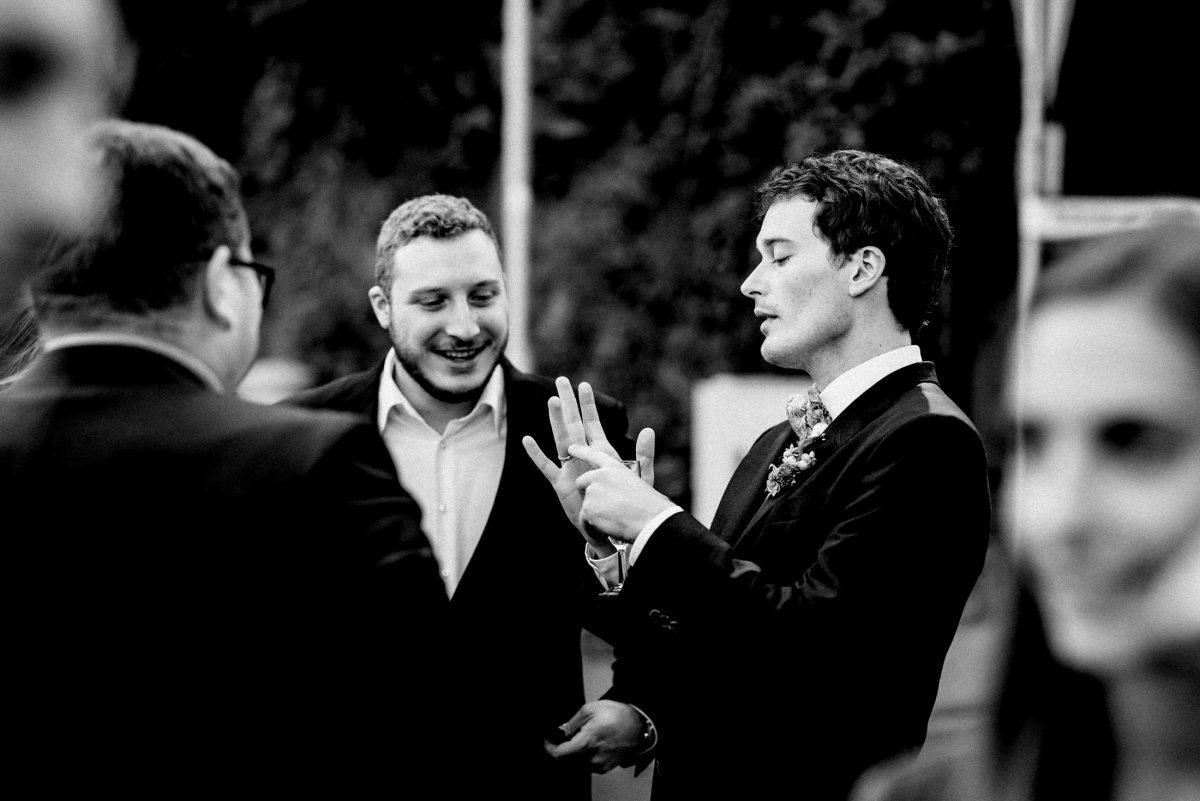 Bräutigam Ehering Hände Freunde