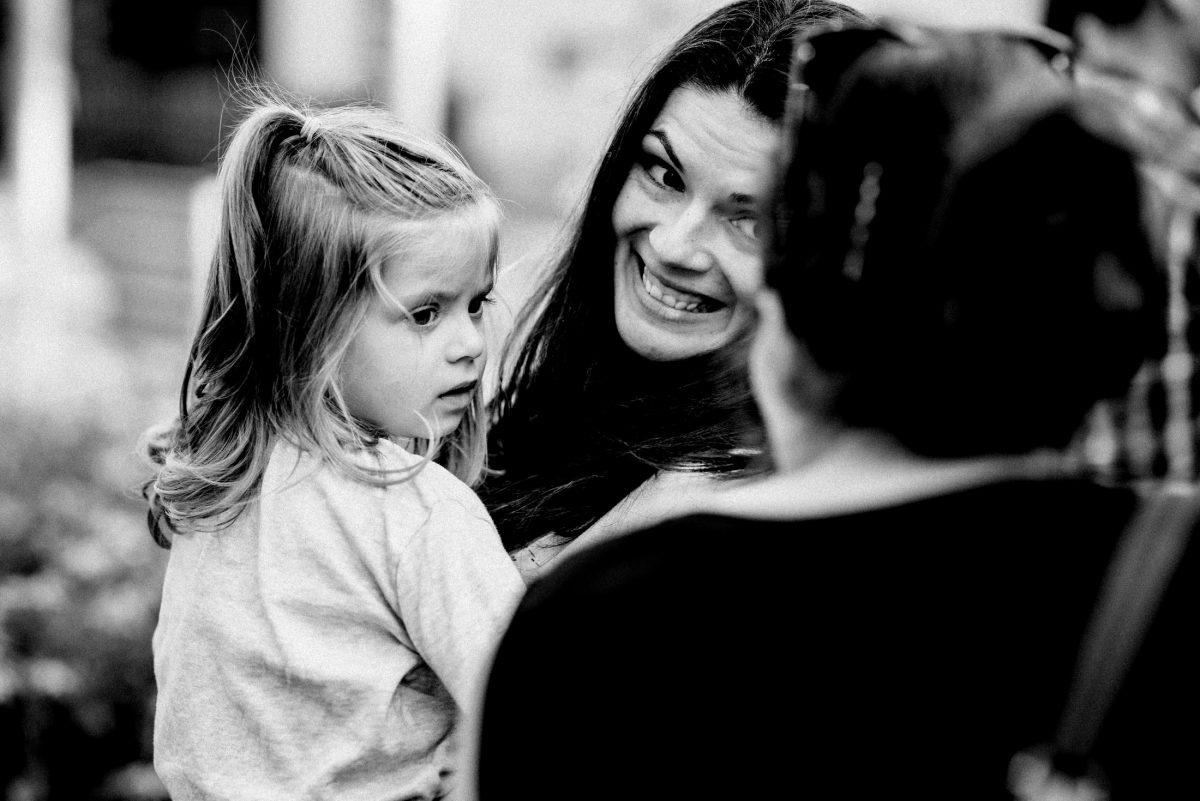 kleines Mädchen halten Arm lächeln