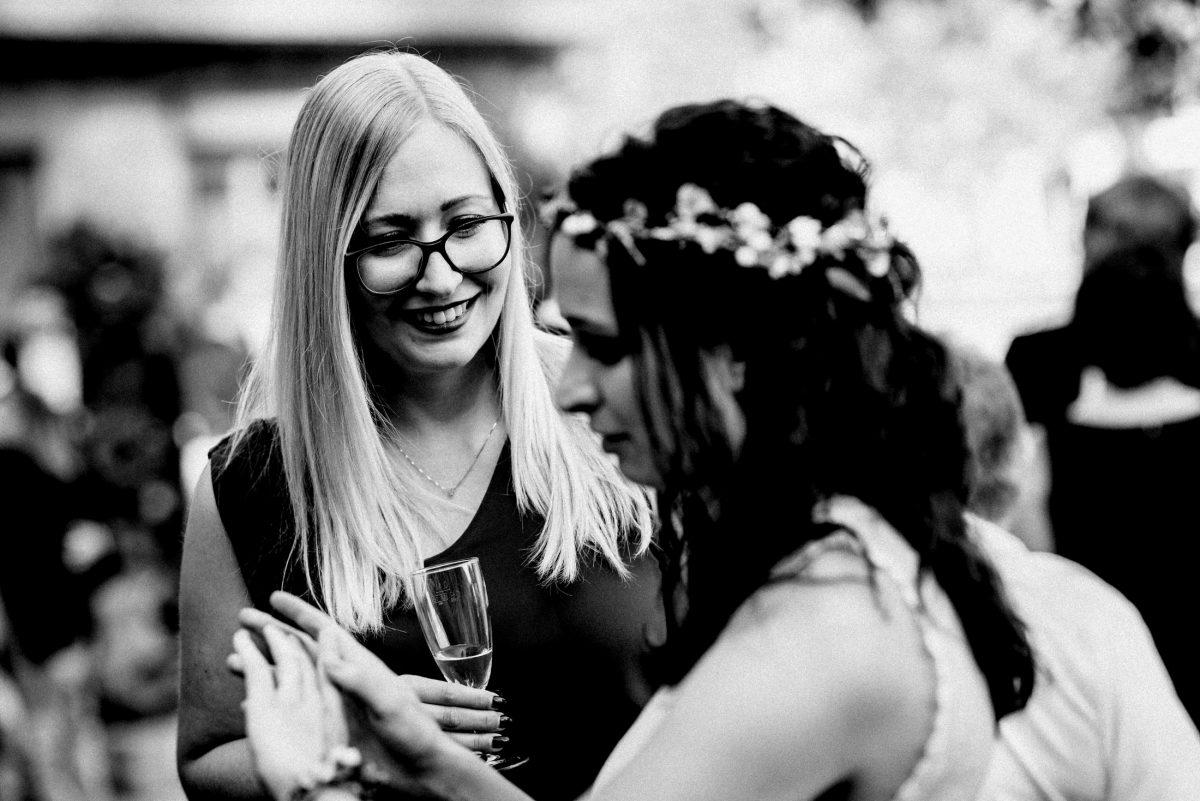 Braut Ehering zeigen Sektglas