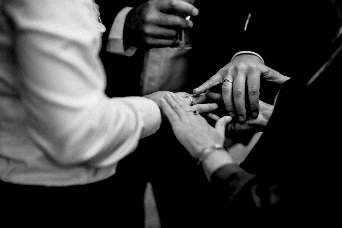 Hände Ringe Armkette berühren weißes Hemd