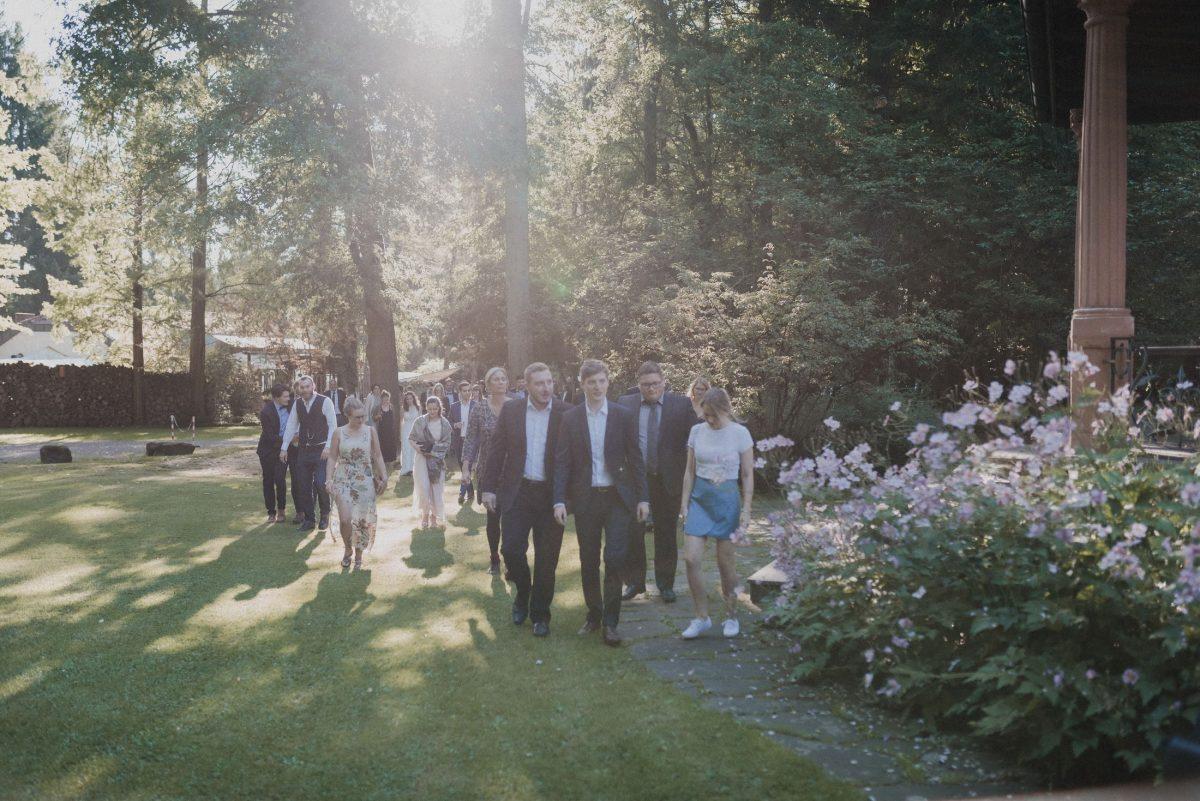 Eingang Schloss Weiler Wiese Garten Blumen Hochzeitsgäste