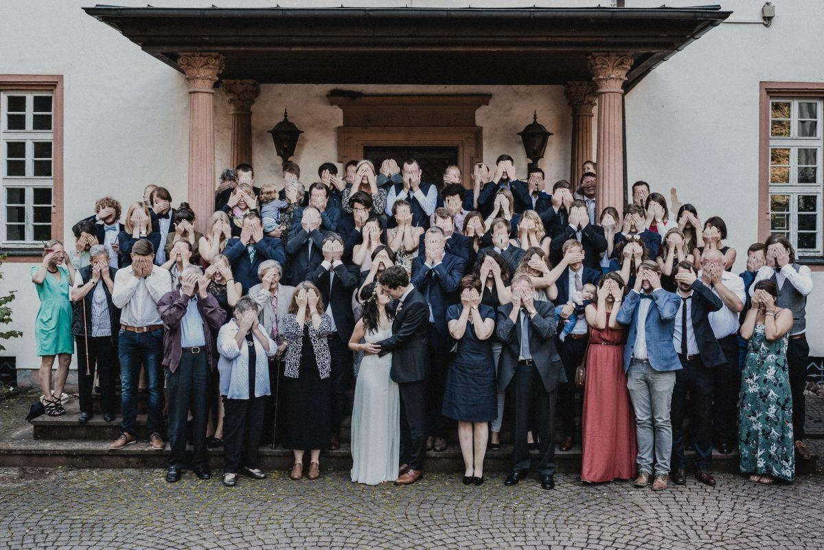 Gruppenbild Hände vor die Augen kuss Hochzeit