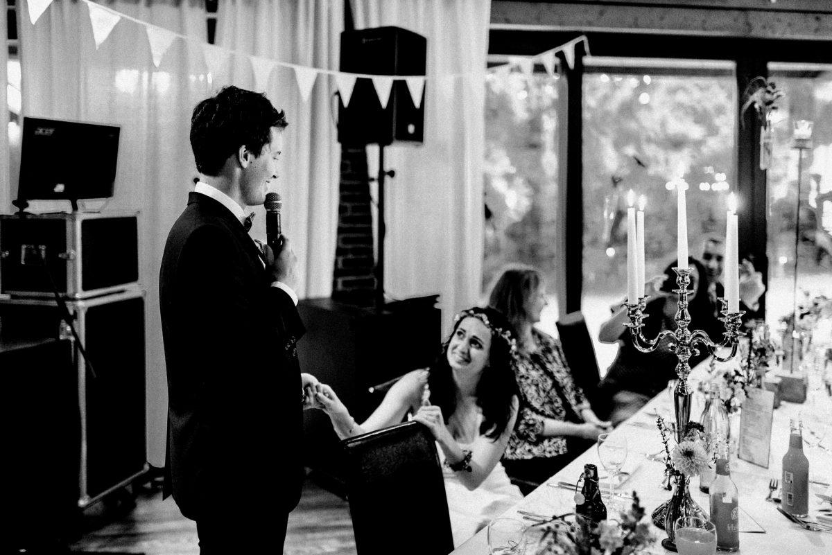 Rede an Braut Hände halten Musikboxen Lautsprecher