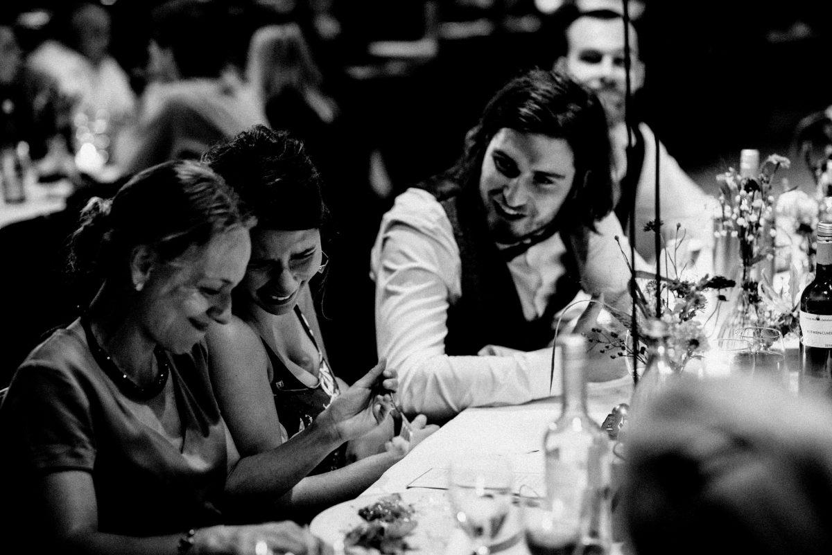 Hochzeitsessen Frauen Tisch lächeln