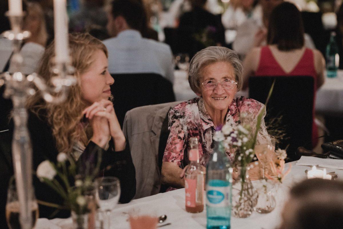 ältere Dame Blumendekoration Tisch