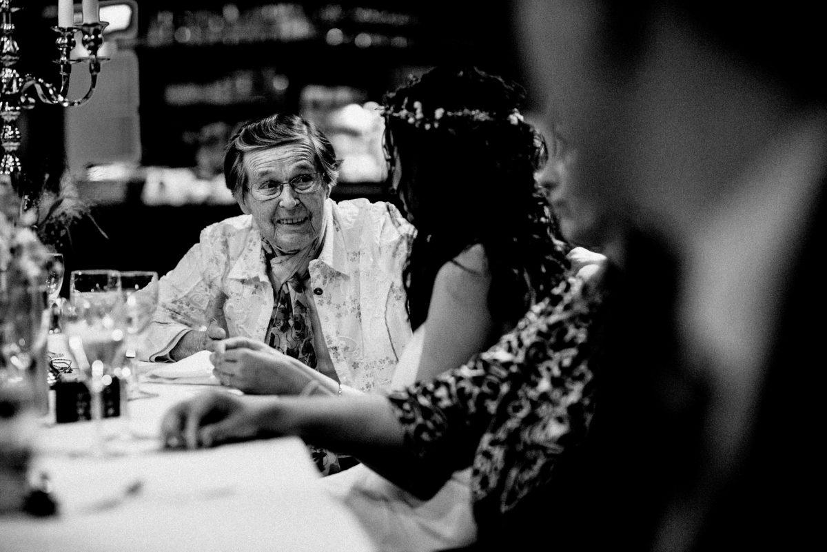 ältere Dame Gespräch Braut Hochzeitsfeier