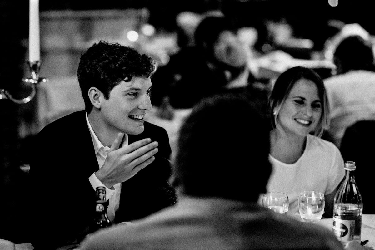 Bräutigam lachen Gespräch mit Hochzeitsgästen