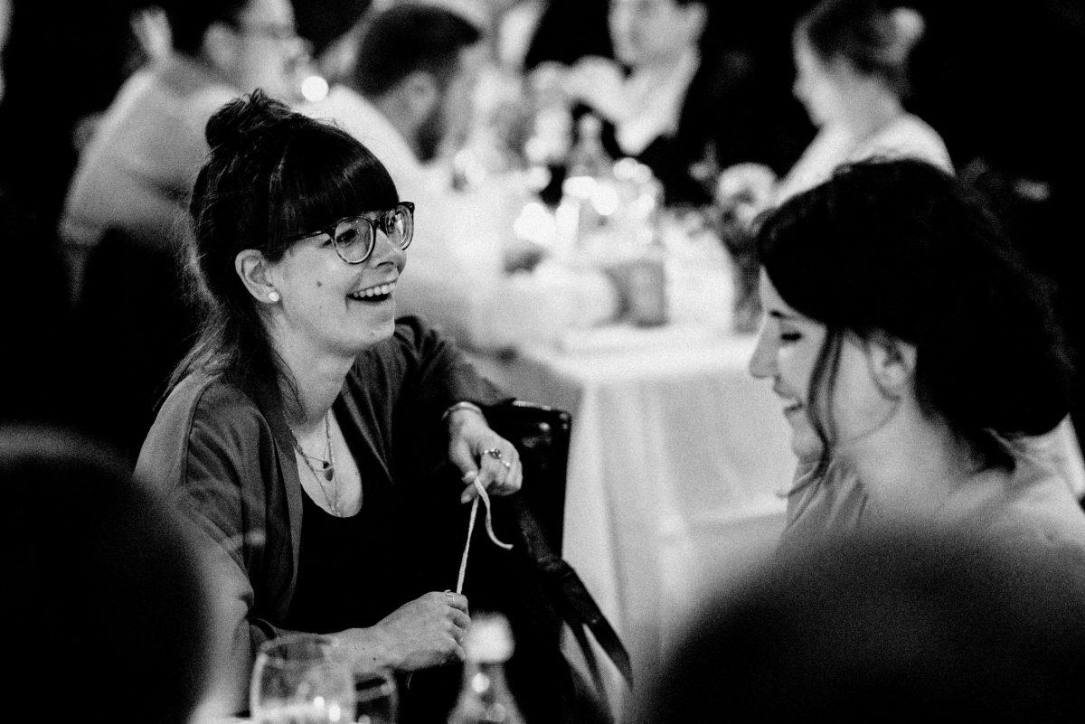 lachen Brille Dutt Sitzgruppe Hochzeit Frau