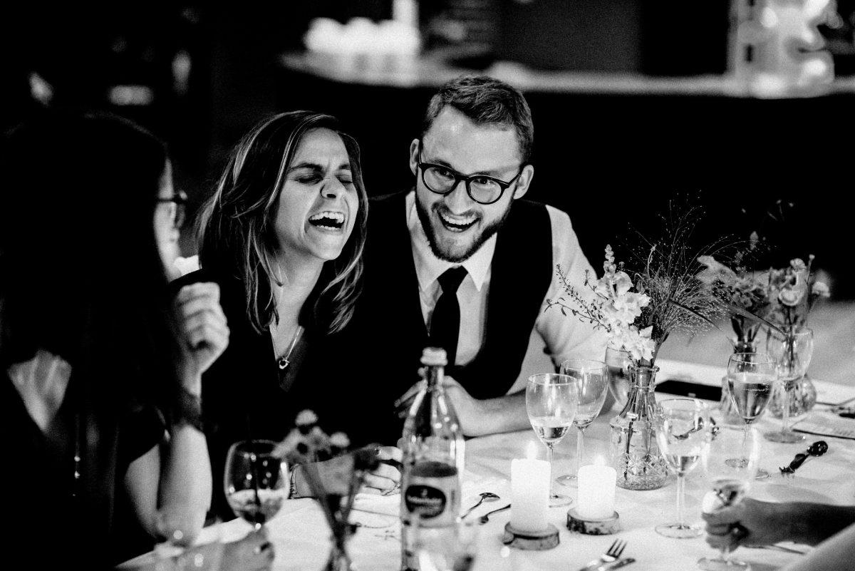 herzliches lachen gute Gesellschaft