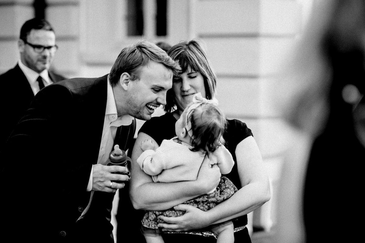 Baby Babyflasche Mann Frau Anzug