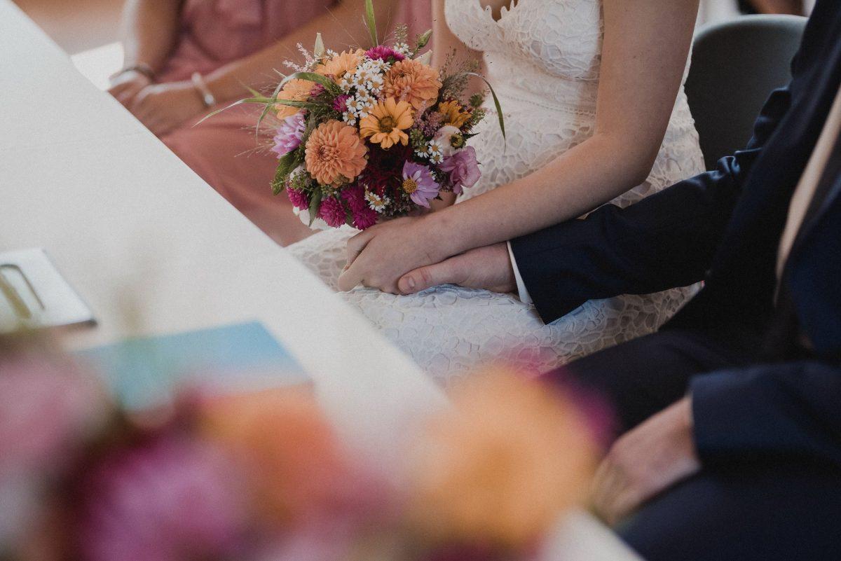 Blumenstrauß Gerbera Brautkleid Hände