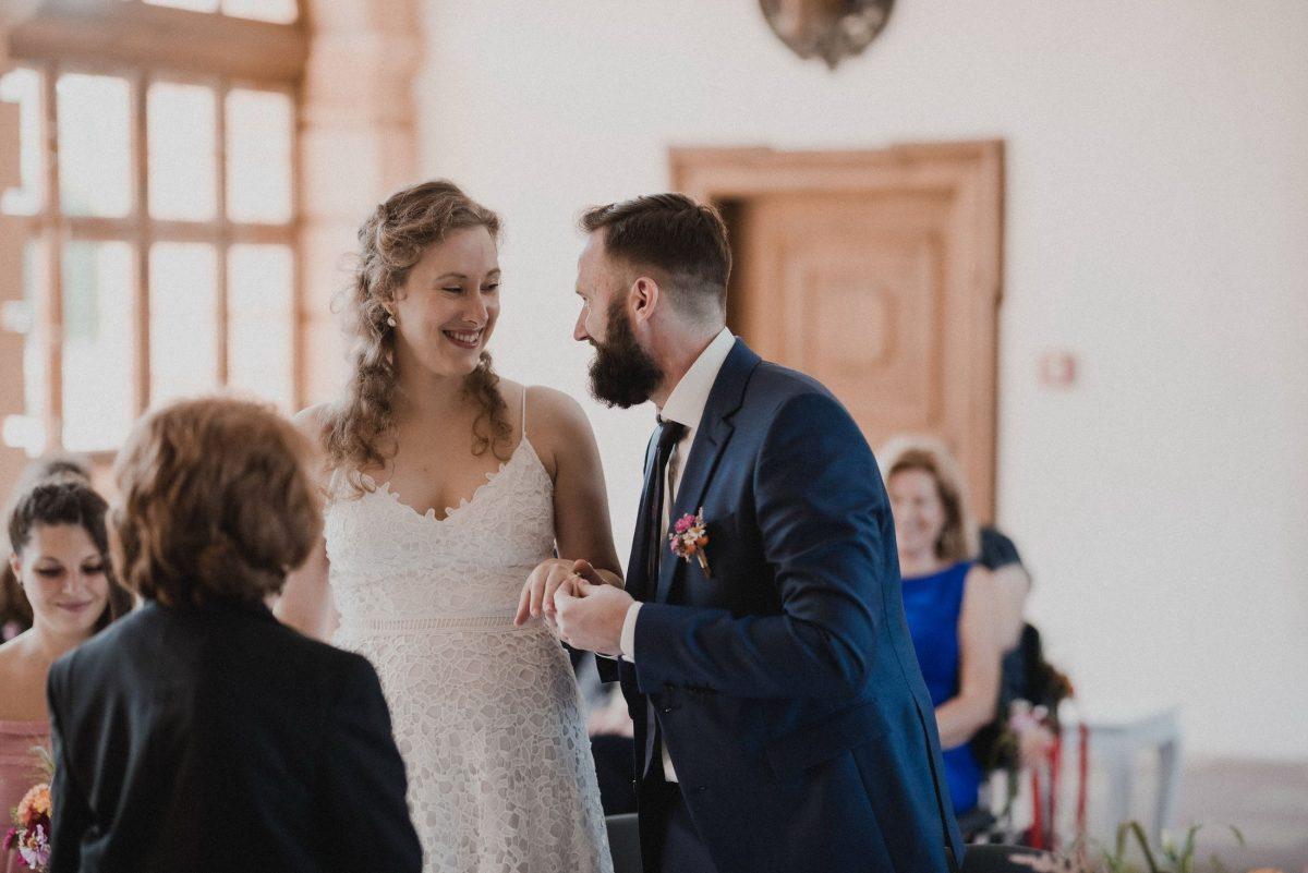 Ringübergabe Brautpaar strahlen
