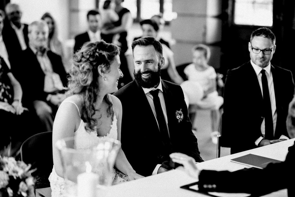 innige Blicke lachen Brautpaar Trauung