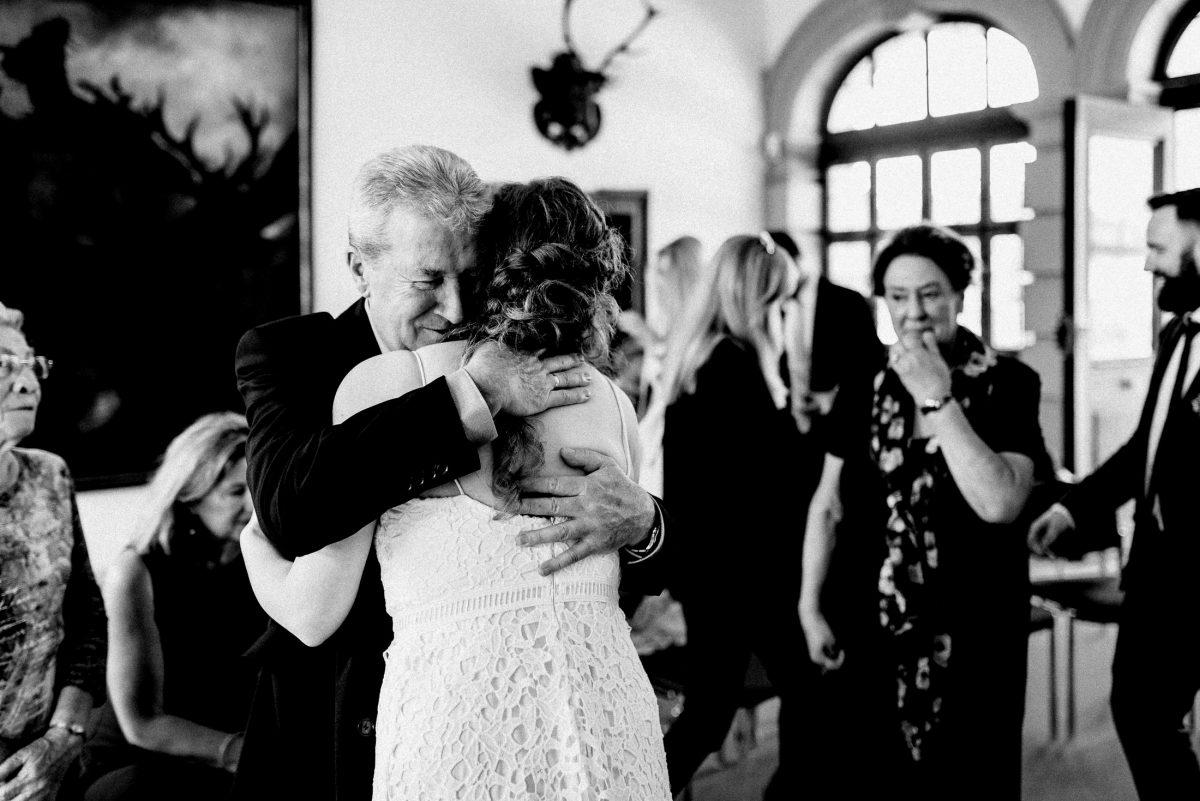 herzliche Umarmung Braut gratulation
