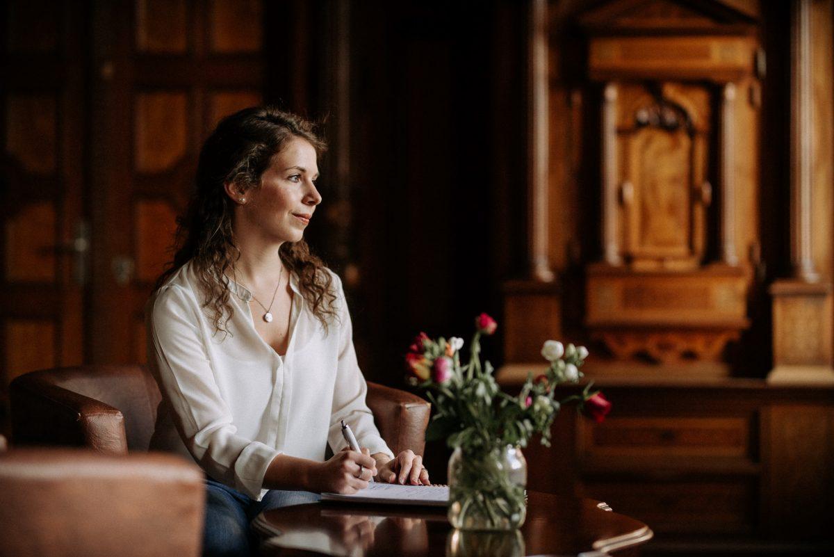 gedanken schreiben notiz stift vase Blumen Tisch