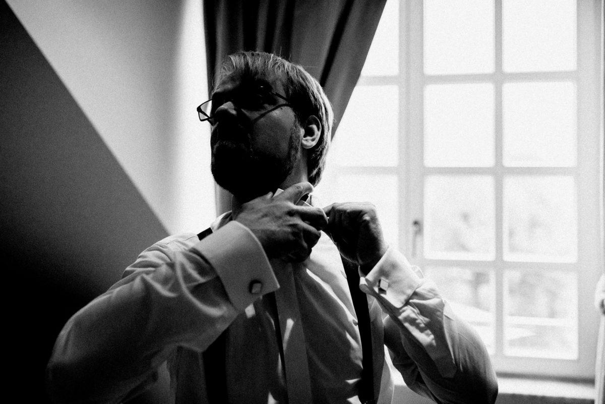 Bräutigam,Krawatte binden,Brille,Hemd,