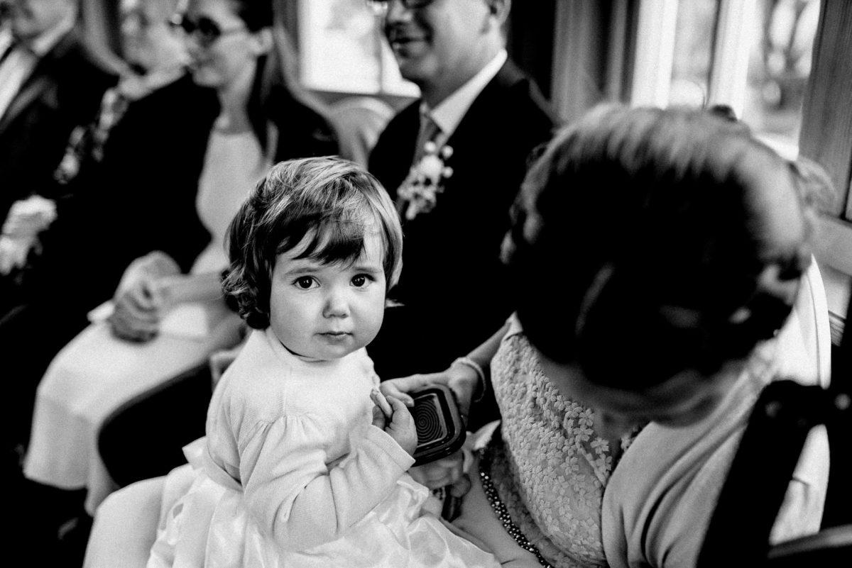 Kind,Mädchenkleid, Hochzeitsgäste,Flechtfrisur