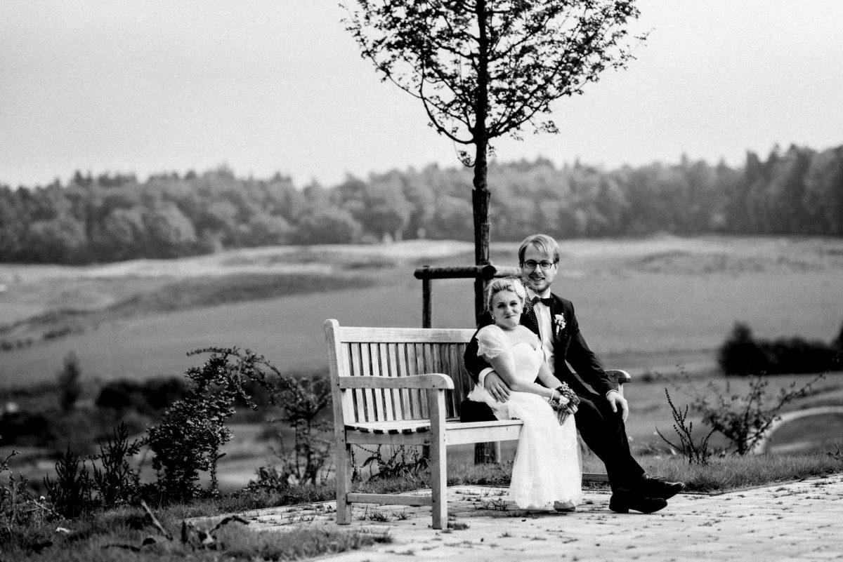 Wiese,weite Aussicht,Baum,Holzbank,Brautpaar,