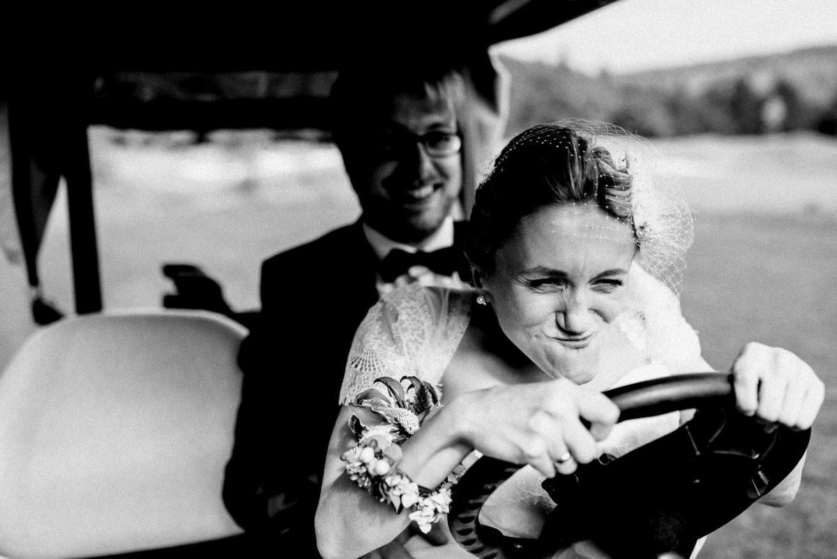 Spaß machen,Hochzeitsbilder,Golfwagen,Braut,Lenkrad