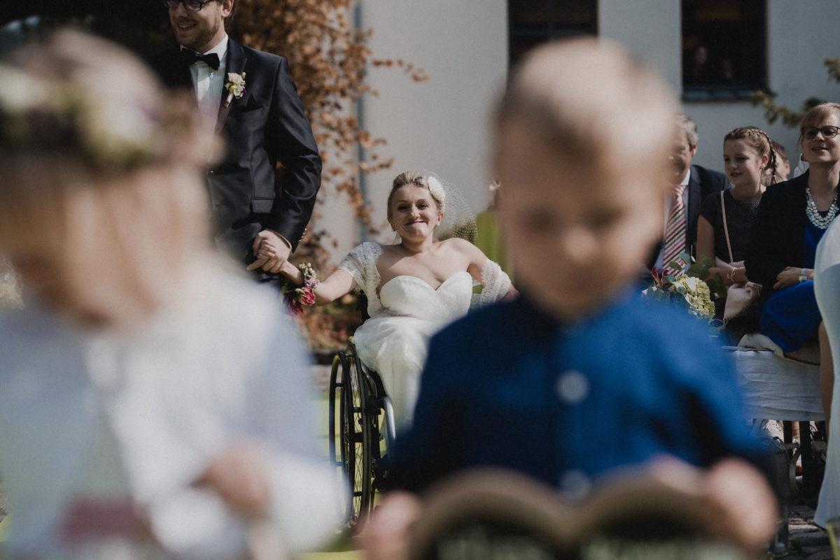 glückliche Braut,Gäste, Einmarsch freie Trauung