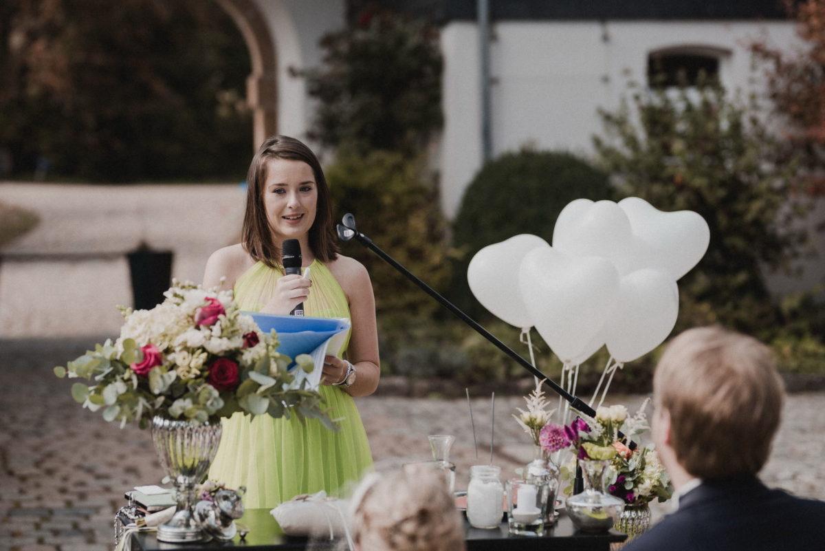 Rednerin,Rede halten,grünes Kleid,Herzluftballons,
