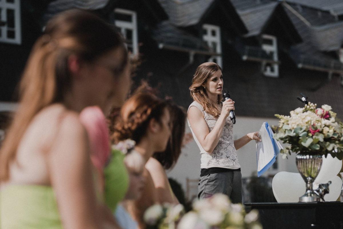 Frau,Rede halten,Gauben,Blumenstrauß,Vase