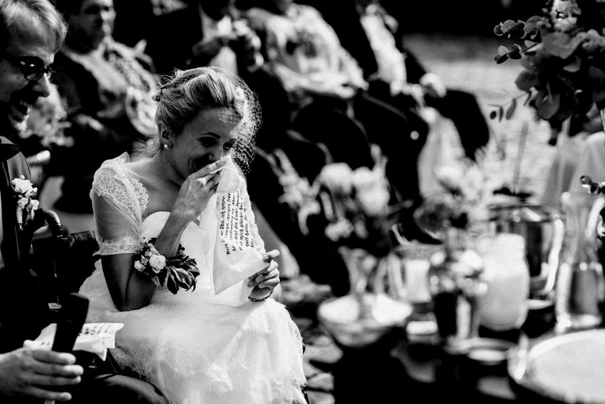 Emotionen,glücklich,gerührt,Braut,Brautkleid