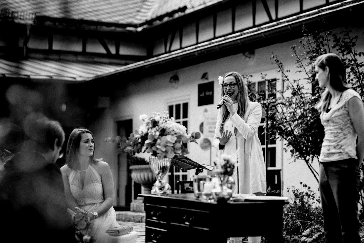 Hochzeitssängerin,Gesang,Pult,Blumenstrauß