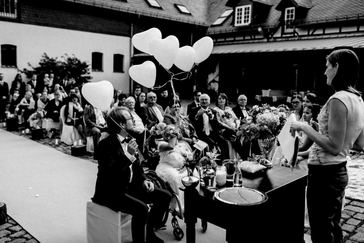 Herzluftballons fliegen lassen,Fachwerkhaus,