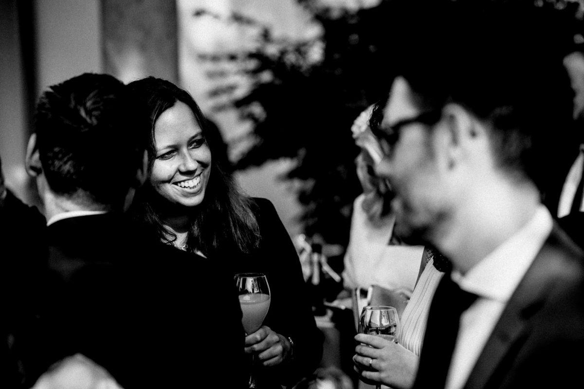 lachen,gute Laune,Frau,Gläser,Getränke